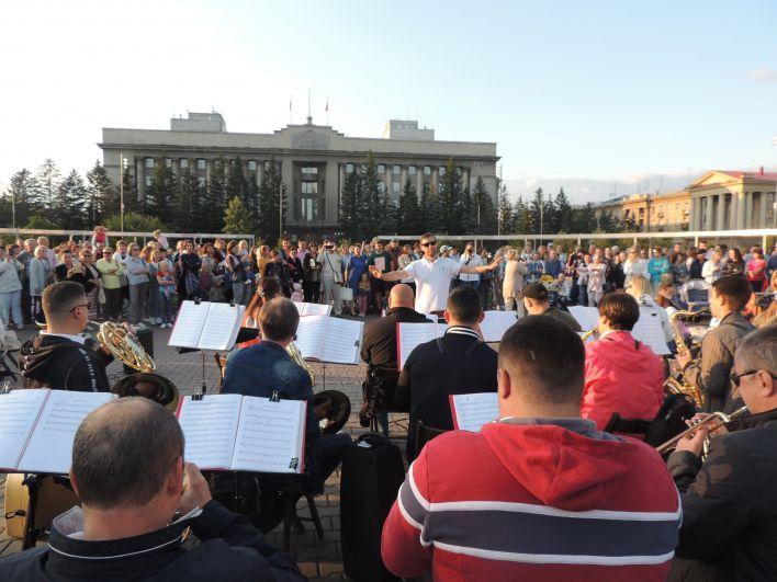 На уличный концерт пришло несколько сотен красноярцев.