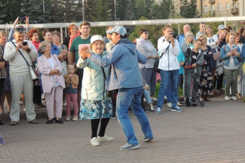 Баба Юля, как сама представляется, не пропускает такие уличные концерты - любит потанцевать.