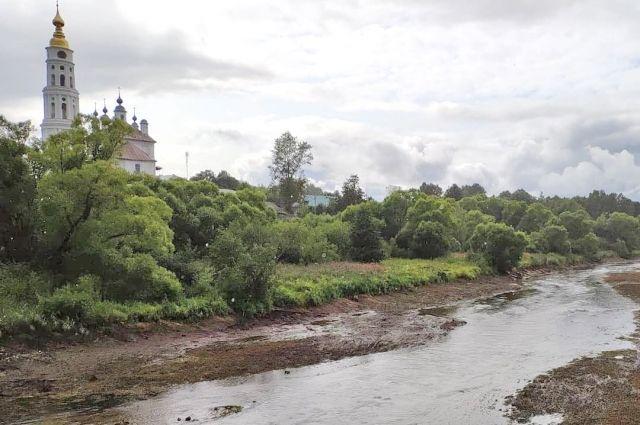 Так сейчас выглядит река Ухтохма в Лежневе.