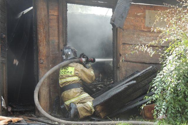 На месте работают больше 20 пожарных и 6 машин.