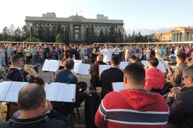 Музыканты говорят, что от таких уличных концертов получают особое удовольствие.