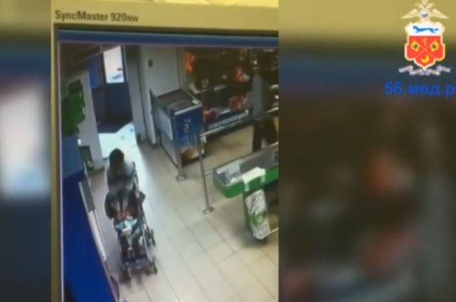 В Новотроицке полицейские разыскивают подозреваемую в краже кошелька