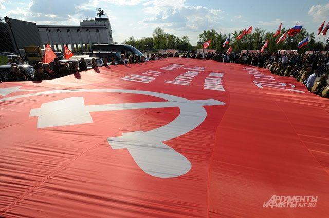 Участники автоколонны разворачивали 20-метровую копию знамени Победы в память о погибших воинах.