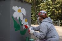 Жители активно включились в процесс и с удовольствием раскрашивают контейнеры в яркие цветы, придумывая разные сюжеты.