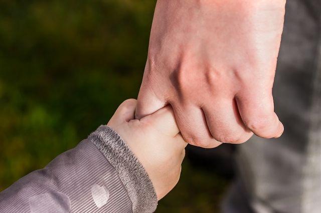 Мать не занимается ребёнком, а у отца материальные трудности.