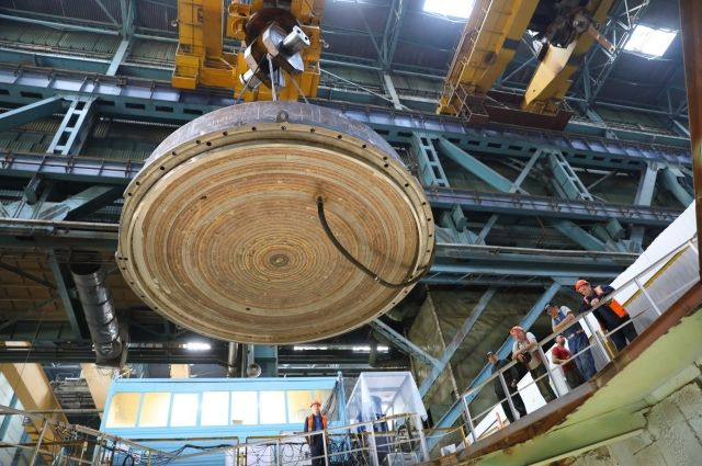 Установка крышки на корпус реактора на быстрых нейтронах перед гидроиспытаниями.