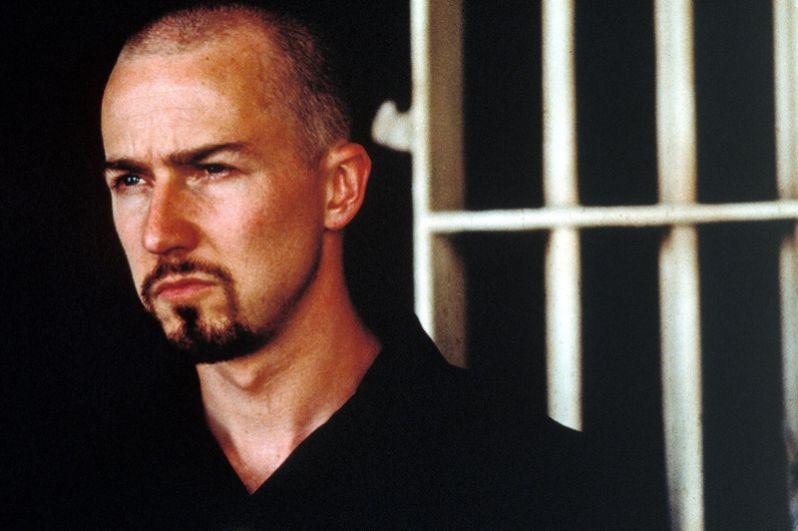 «Американская история Икс» (1998) — предводитель группировки неонацистов Дерек Виньярд.
