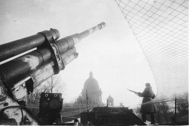 Зенитное орудие (85-мм образца 1939 г.) на фоне Исаакиевского собора в блокадном Ленинграде, 1942