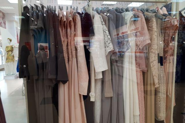 Под арест попали 140 единиц одежды и обуви, в том числе детской, на общую сумму 36 960 рублей.