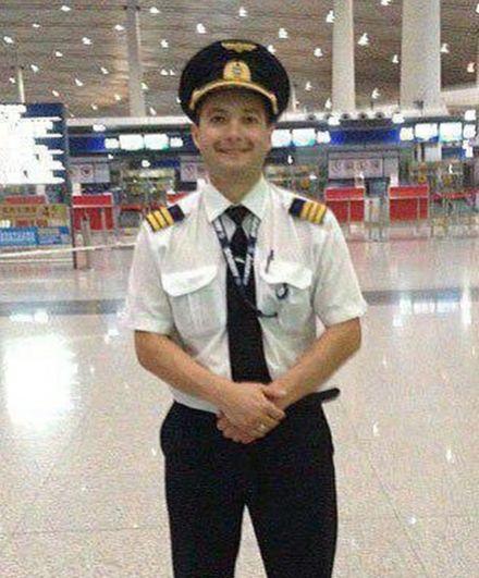 Командир воздушного судна Дамир Юсупов. Родился в 1977 году в городе Игарка Красноярского края, его отец был пилотом вертолета. В авиакомпании «Уральские авиалинии» он работает с 2013 года, летает по регулярным и чартерным маршрутам.