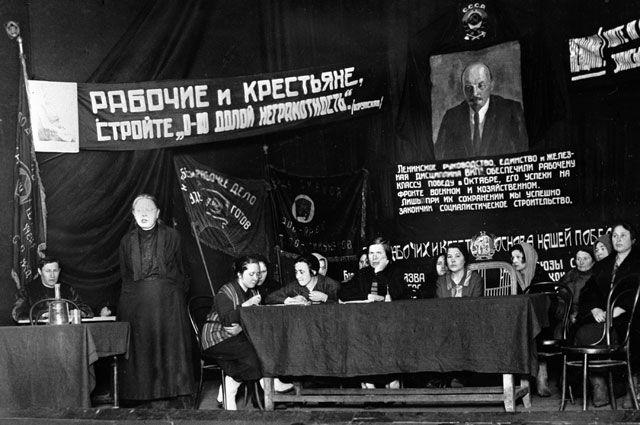 Надежда Крупская выступает на собрании общества «Долой неграмотность». 1927 год.