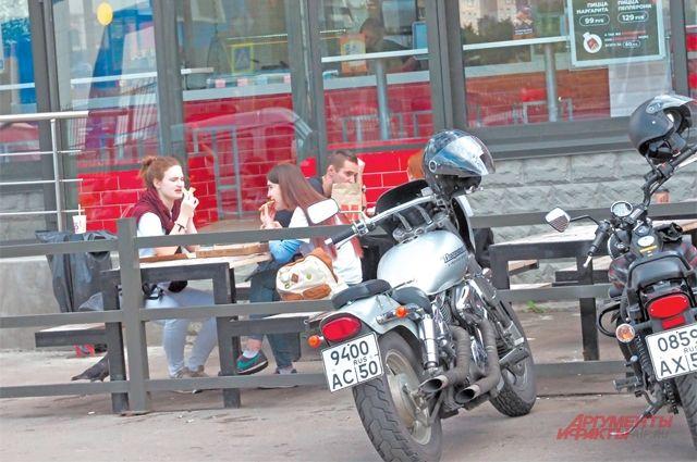 В летних кафе немало молодёжи.