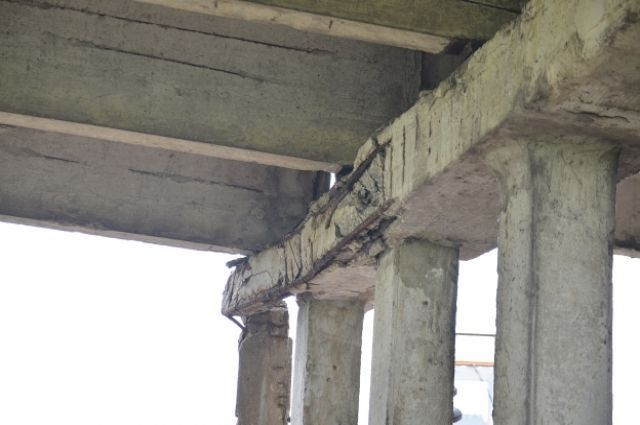 Рабочие разбирали пролёт моста.