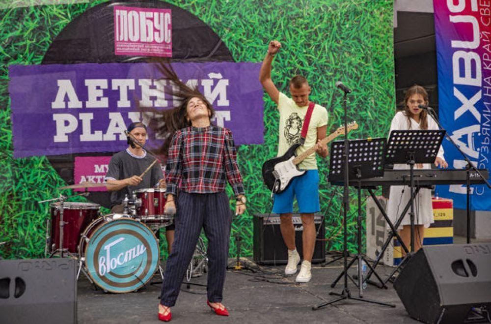 Творческие коллективы выступили с известными песнями.