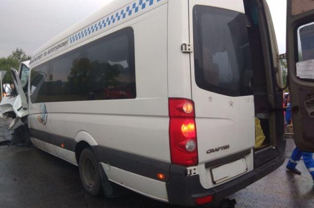 11 человек получили травмы в ДТП с автобусом в Тульской области.