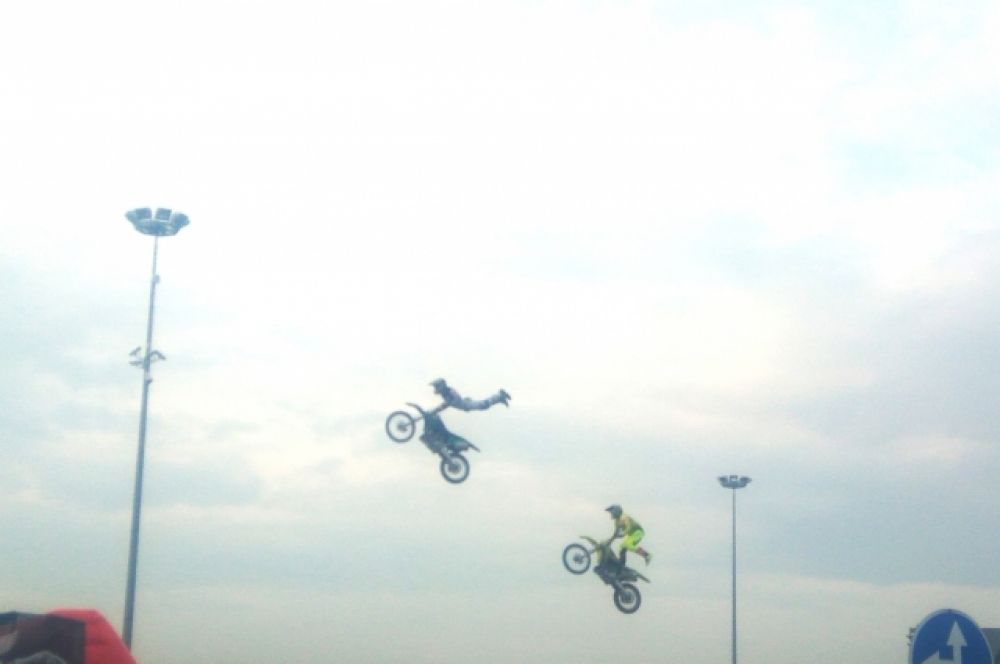 В честь открытия автодороги мотоциклы взлетали в воздух.