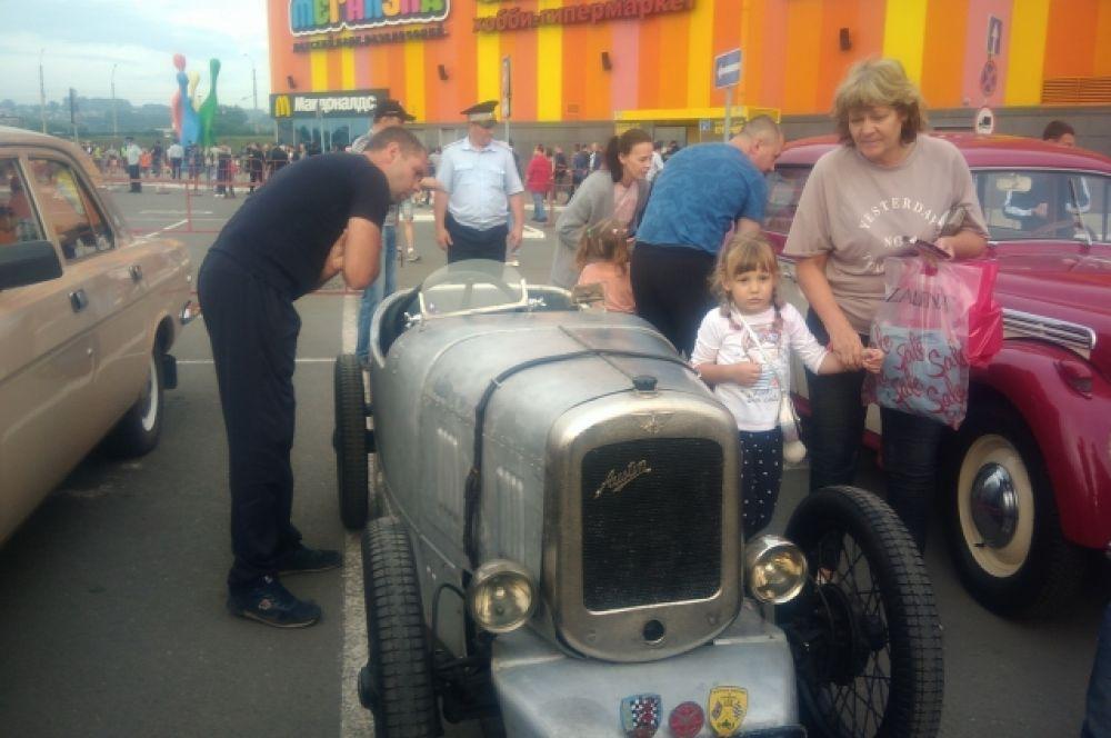 В Новокузнецке к участникам мотопробега присоединились ретро-автомобили.