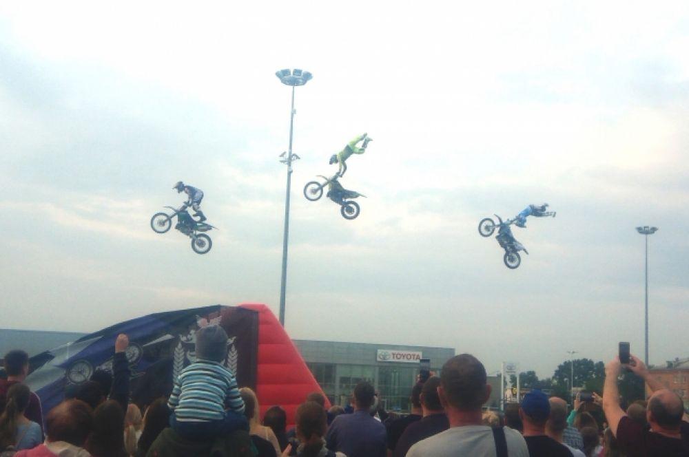 Фристайл-шоу на мотоциклах показала команда FMX-TEAM FERZ – это тройка профессиональных спортсменов, многократных призёров российских и международных соревнований.