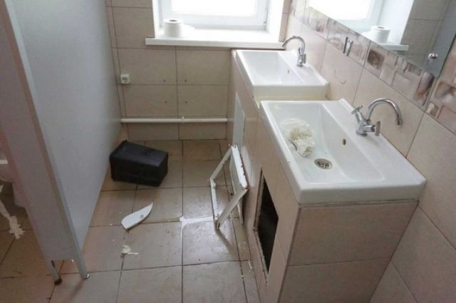 В туалете парка «Соловьиная роща» хулиганы сломали всё, на что хватило сил.