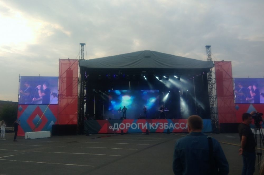 На фестивале выступили местные музыканты и приглашённые рок-группы Оркестр «Рви меха» (г. Новосибирск) и «Руслан VEGA» (г. Москва). Завершили открытие автодороги файер-шоу и фейерверк.