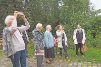 Библиотекарь и по совместительству экскурсовод Марина Боброва рассказывает жителям интересные факты о районе.
