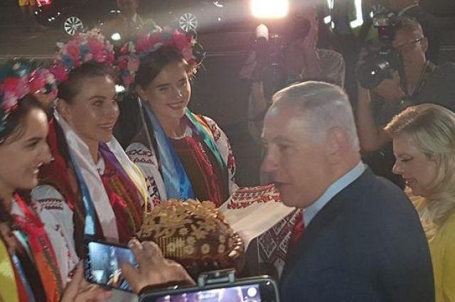 Кинула хлеб на землю: жена премьера Израиля Нетаньяху попала в международный скандал в Киеве