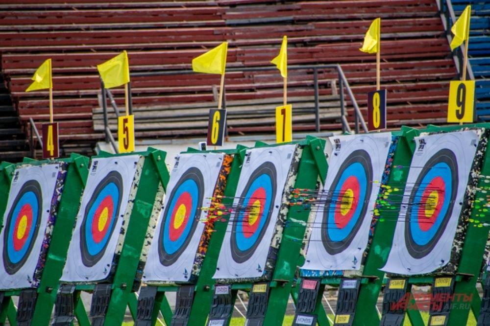 Перед началом состязаний спортсмены проходили жеребьёвку, где получали номер своего щита и группу, в которой выходили к огневой линии.