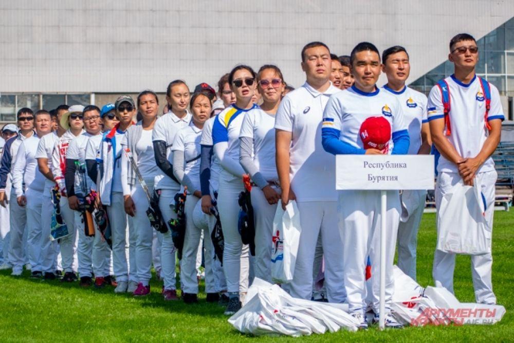 Открытие чемпионата началось с парада спортсменов, колонну которых возглавила бурятская делегация.