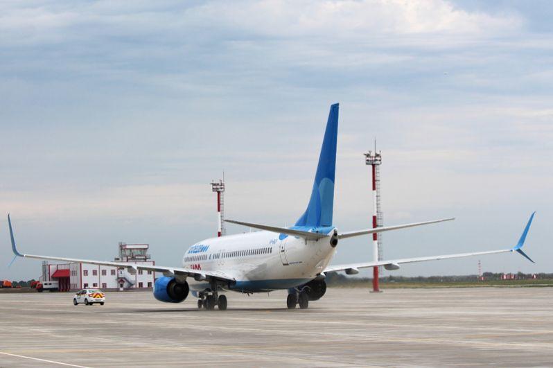 Самолет Boeing 737-800, приземлившийся в международном аэропорту Гагарин в Саратовской области.