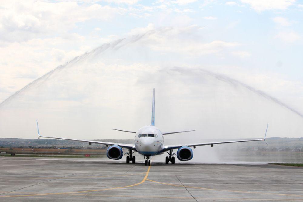 Традиционная водная арка для первого самолета, прибывшего в аэропорт.