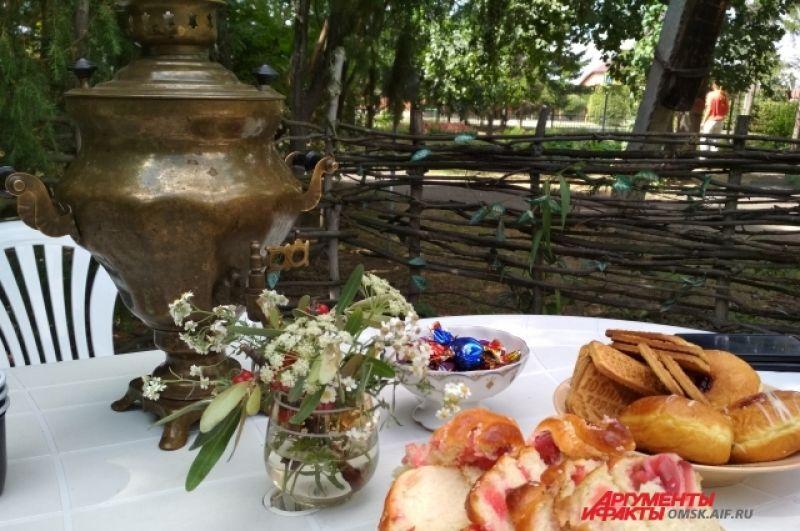 В конце прогулки нас ждал вкусный травяной чай с яблочным пирогом, вареньем конфетами.