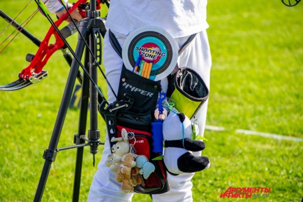 Лучники помечают свои чехлы брелоками, игрушками и талисманами. Кто-то делает это, чтобы не перепутать, кто-то наудачу, а иркутской спортсменке Лине Ермолаевой просто нравится, как они звенят.