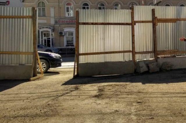 Тюменец перелазил через забор по улице 50 лет Октября и поранил руку