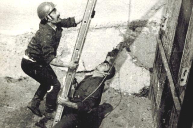 Спасателям нужно подняться на четвертый этаж по пожарной лестнице за 28 секунд.