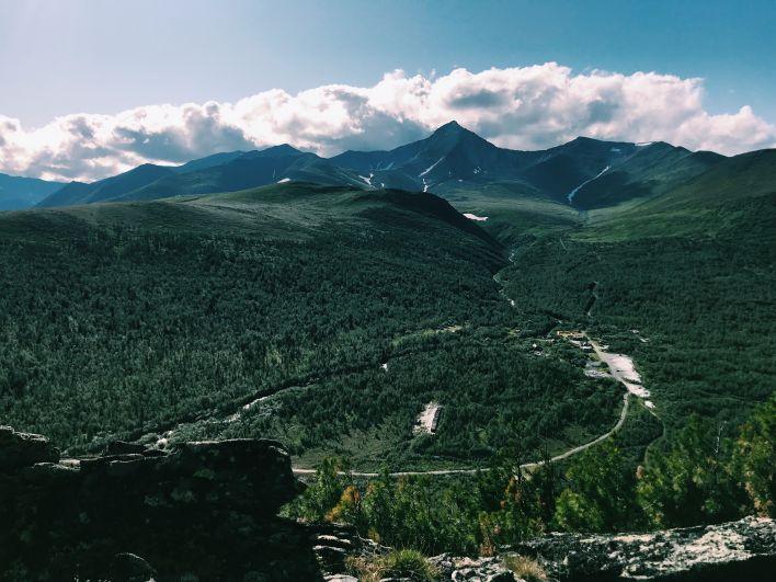 Приполярный Урал – наиболее высокая часть Уральских гор, простирающаяся от истоков реки Ляпин (Хулга) на севере до горы Тельпосиз на юге