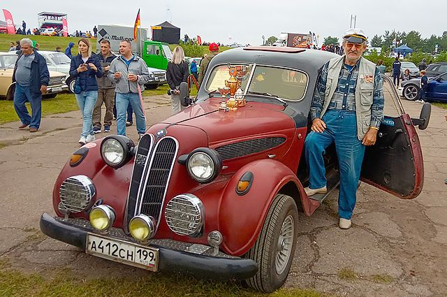 BMW-321 снаружи, а внутри у немецкого автомобиля российские запачасти. Тем не менее старинное авто самостоятельно доехало до «Автосратрады» в Калуге.