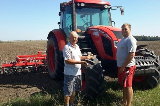 Новый фермерский трактор оказался семье Романенко и по карману, и по душе.