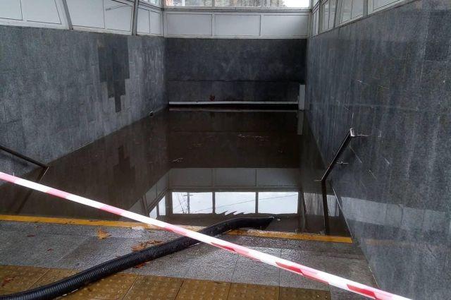 Затопленный подземный переход в Сочи.