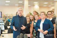 Сергей Собянин с педагогами и будущими учениками нового корпуса на улице Исаковского.