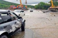Тайфуны лишаю край дорог, людей - жилья и урожая.