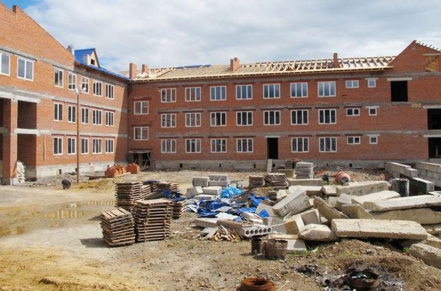 Школу в Рощино не достроили и бросили.