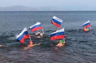 Свой заплыв спортсмены посвятили празднованию Дня государственного флага России