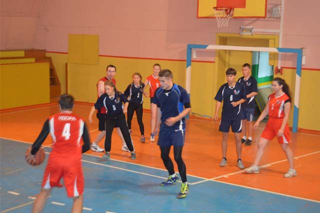 В спорткомплексе тренируются футболисты, баскетболисты, волейболисты, боксёры.