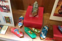 В экспозиции - и настоящая конфета иркутской фабрики 1980-х годов, и фантики царской эпохи