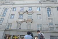 В доме по пр. Ленина, 61 начался снос балконов с лицевой стороны дома.
