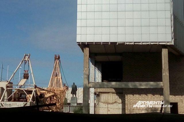 Идет демонтаж внутренних конструкций.