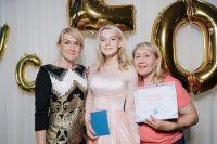 Анастасия на выпускном с мамой Натальей и бабушкой Ниной.