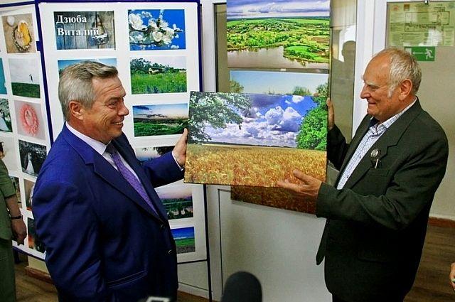 Виталий Дзюба вручает губернатору Ростовской области свою фотоработу.
