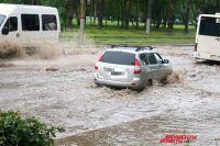 Очевидцы сообщают, что в районе Гознака автомобилисты встали на месте, потому что вода попала в выхлопную трубу.