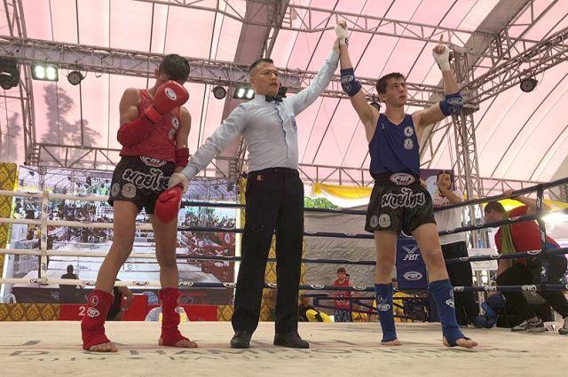 Три поединка из четырёх Аик Бегян (справа) закончил досрочно.